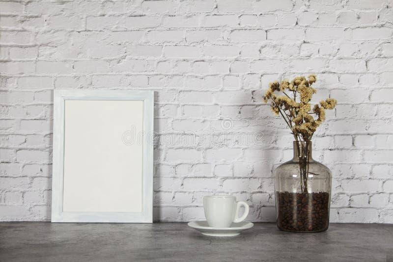 Vit kopp med svart kaffe och korn av kaffe i en flaska på en bakgrund av den gråa stenen placera text Förlöjliga upp tappningconc arkivbild