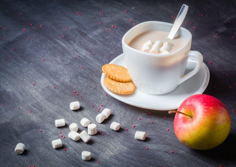 Vit kopp på ett tefat med varm kakao Mörk träbakgrund för morgonfrukost royaltyfri bild