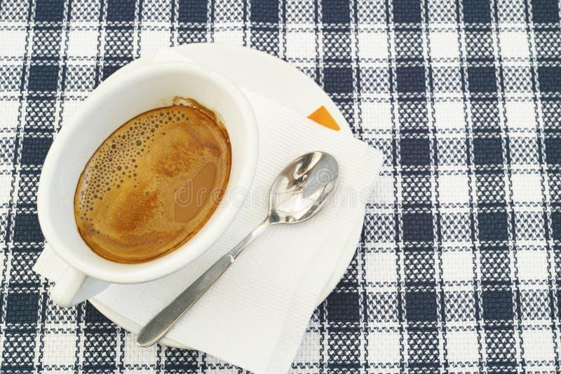 Vit kopp som fylls med kaffe arkivfoton