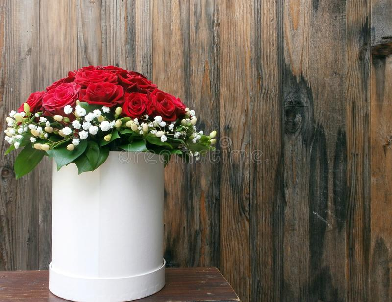 Vit korg med röda rosor royaltyfria foton