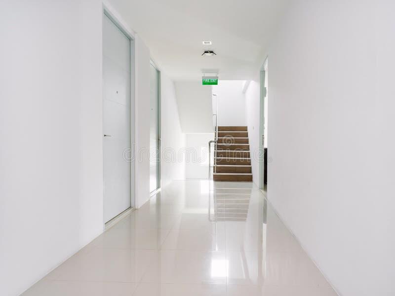 Vit korridor av modern byggnadsgarnering i vit royaltyfria foton