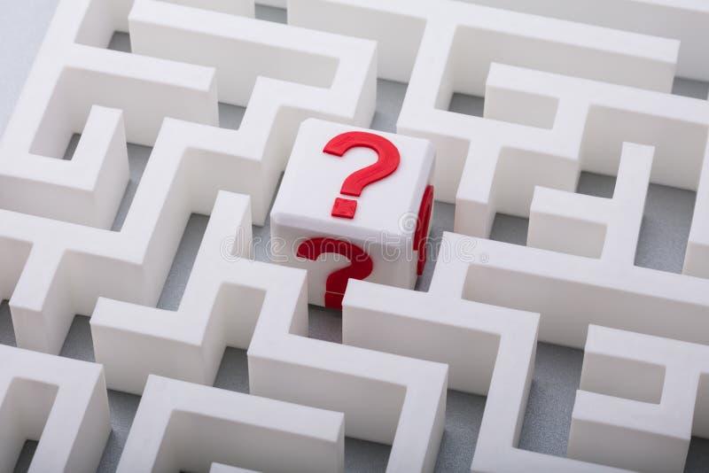 Vit kub med frågan Mark Sign In The Centre av labyrint royaltyfria foton