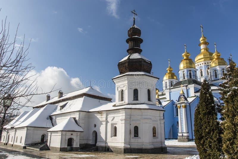 Vit kyrka inom Stets Michael kloster i Kiev, Ukraina royaltyfri foto