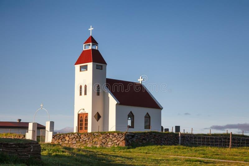 Vit kyrka på den Modrudalur lantgården östliga Island Skandinavien royaltyfri foto