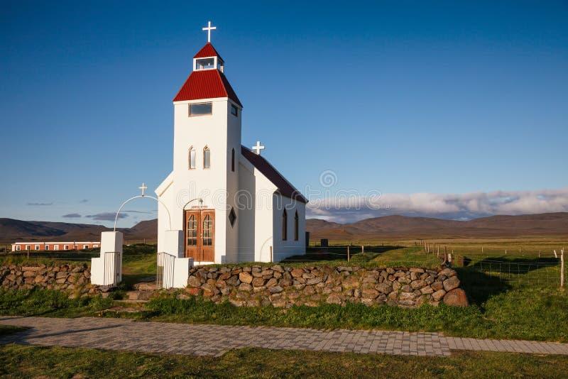 Vit kyrka på den Modrudalur lantgården östliga Island Skandinavien arkivfoto