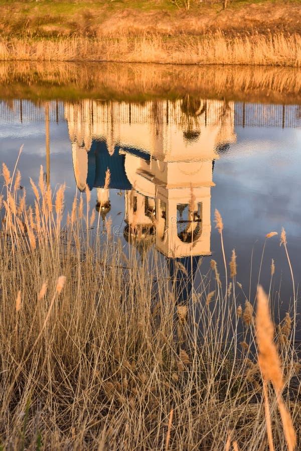 Vit kyrka på sjön, reflexion av kyrkan i sjön arkivfoto