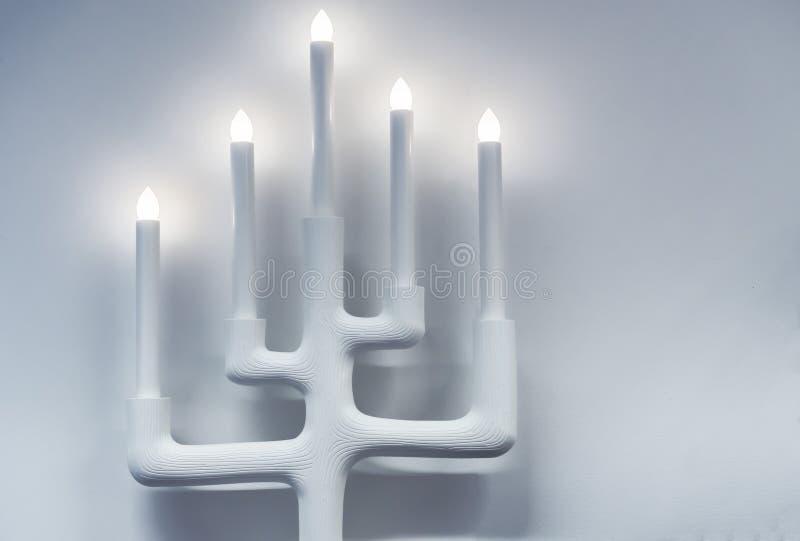 Vit lampa i form av en ljusstake för fem stearinljus vektor illustrationer