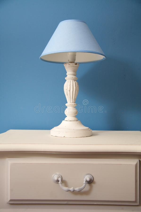 Vit lampa med blå lampshade royaltyfri fotografi