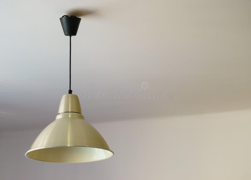 Vit lampa som hänger på tak fotografering för bildbyråer