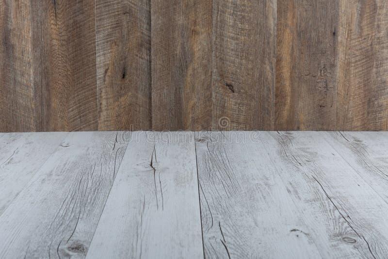 Vit lantlig och brun wood tabell och bakgrund royaltyfri foto
