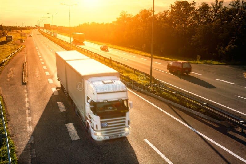 Vit lastbil i rörelsesuddighet på huvudvägen royaltyfria bilder