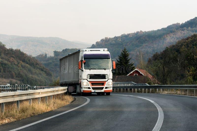 Vit lastbil på en väg arkivbilder