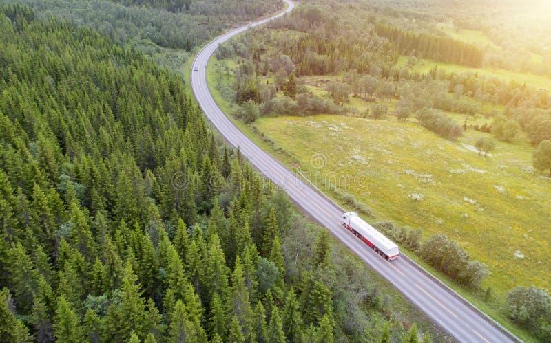Vit lastbil som kör på landsvägen royaltyfria foton