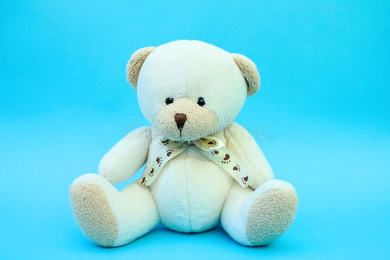 Vit leksaknallebjörn på blå bakgrund royaltyfri fotografi