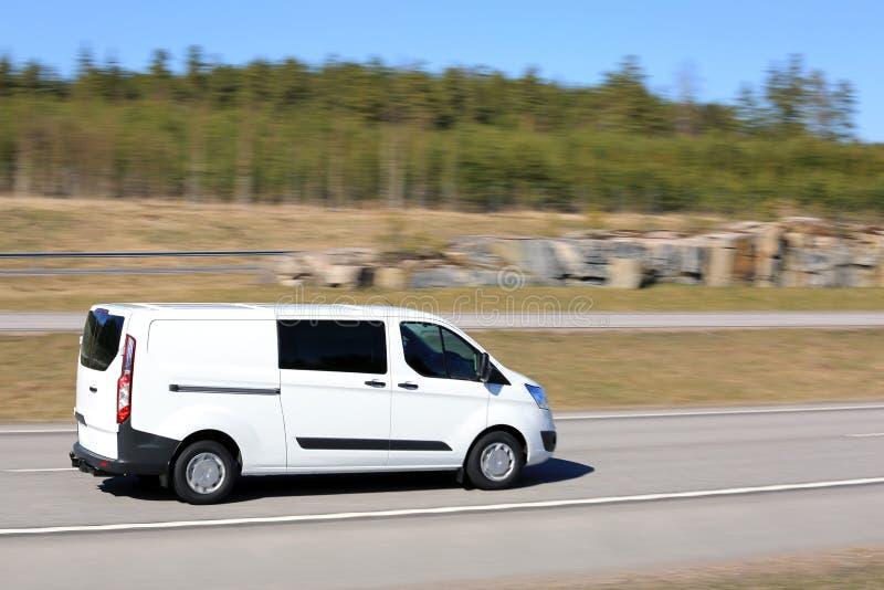 Vit leveransskåpbil på hastighet arkivfoton