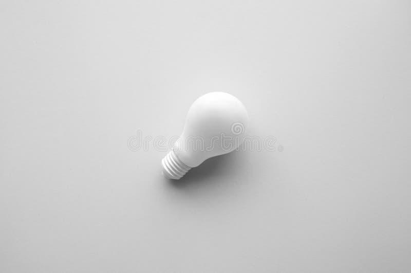 Vit lightbulb på bakgrund för pastellfärgad färg Idékreativitet arkivbild