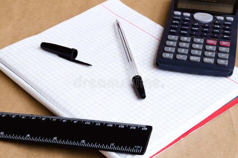 Vit listaarbetsmilj?f?rberedelse f?r arbete F?rberedelse av arbetsplatsen Kontor f?r att anteckna texter Anm?rkningar f?r att pla arkivbild