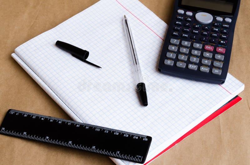 Vit listaarbetsmilj?f?rberedelse f?r arbete F?rberedelse av arbetsplatsen Kontor f?r att anteckna texter Anm?rkningar f?r att pla royaltyfri fotografi