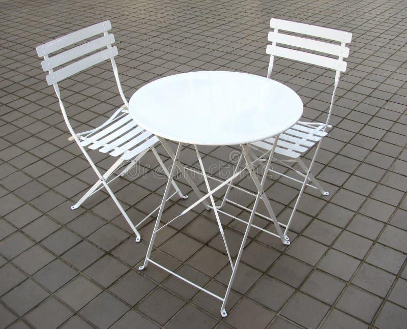 Vit liten stolar och tabell royaltyfri bild