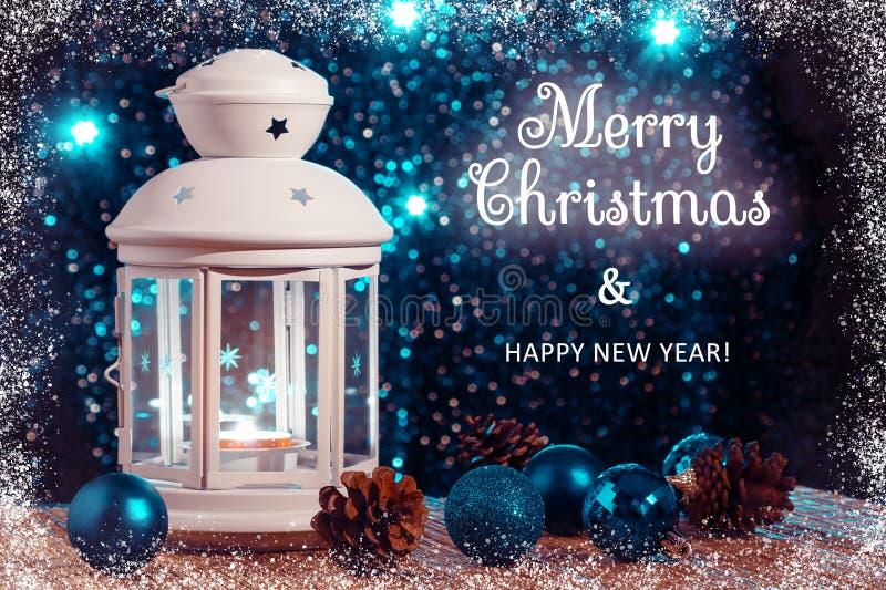 Vit lykta med en brinnande stearinljus och prydnad på bakgrunden av julgranen med ljus h?rligt royaltyfri illustrationer