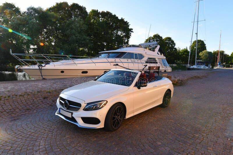 Vit lyxig högvärdig cabriolet royaltyfri foto