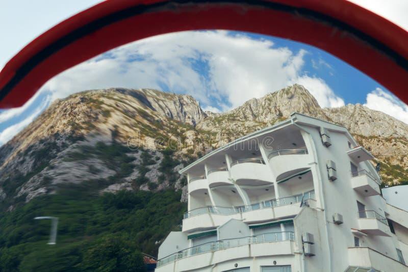 Vit lyxig villa på bakgrunden av berg Montenegro royaltyfri fotografi