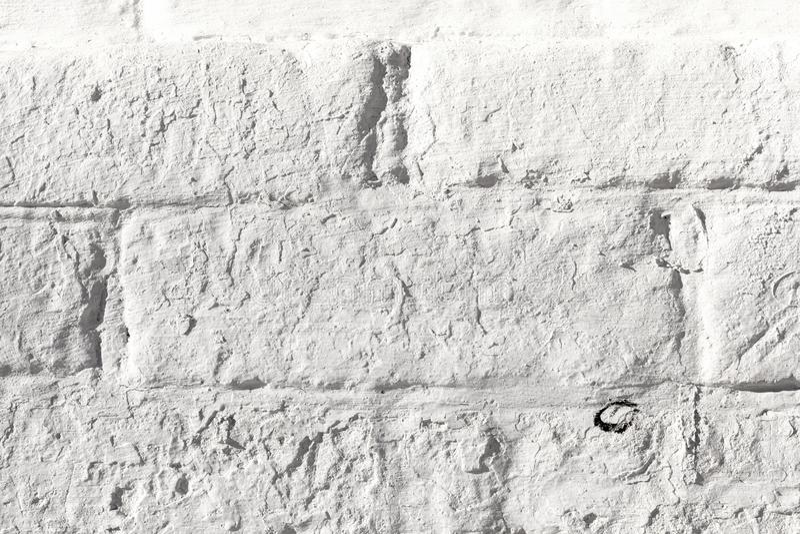 Vit målad gammal textur för tegelstenvägg Blekt åldrigt murverk för buse Niveous ljusbakgrund fotografering för bildbyråer