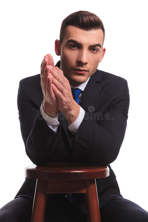 Vit man i affärsdräkten som gnider hans händer arkivbild