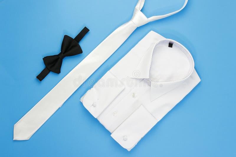 Vit manskjorta med pilbågen och bandet royaltyfri fotografi