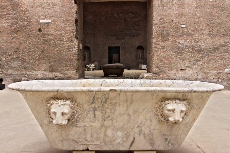 Vit marmorerar badkaret på baden av Diocletian i Rome arkivbilder
