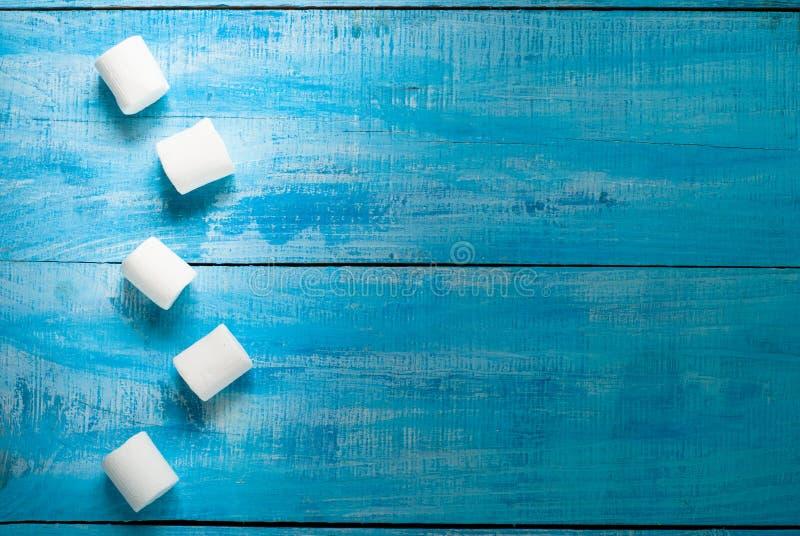 Vit marshmallow på blått arkivfoto