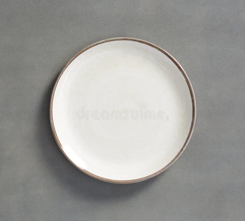 Vit Melamineplatta med ljust - grå bakgrund royaltyfria foton
