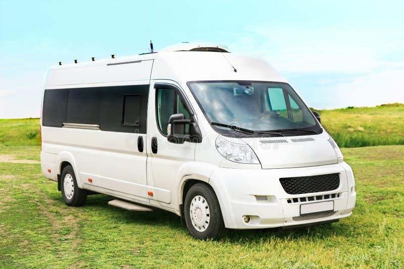 Vit minibuss på i fältet fotografering för bildbyråer