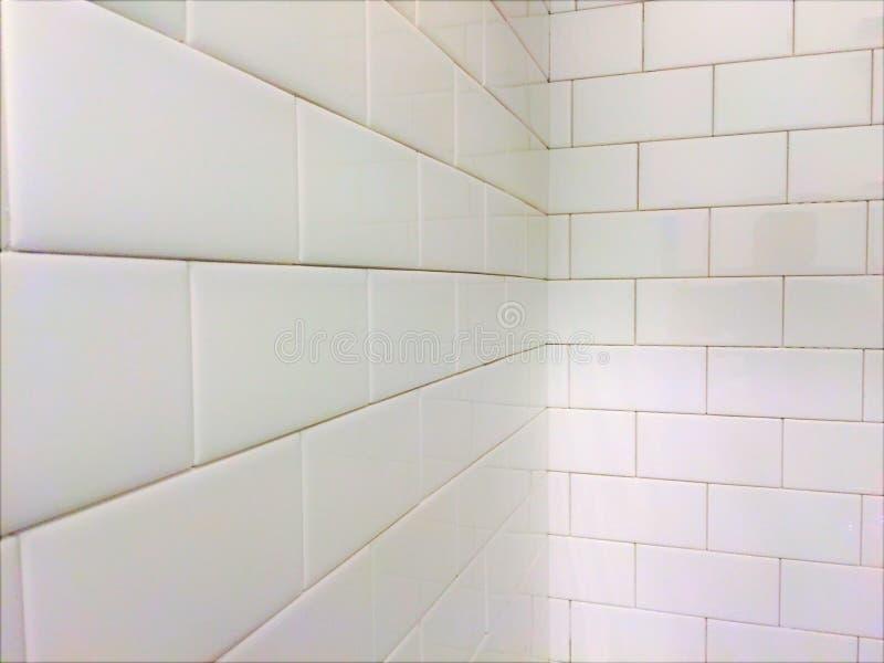 Vit modell för tegelplattaduschgångtunnel royaltyfri fotografi