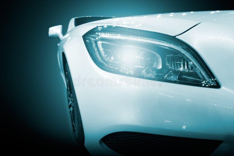Vit modern bilcloseup av billyktan royaltyfri fotografi