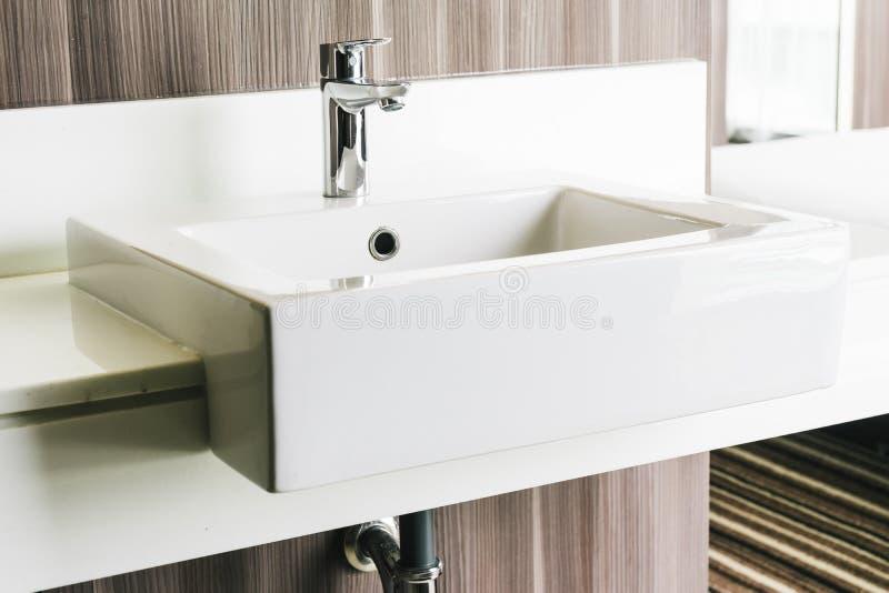 Vit Modern Vask Och Vattenkran I Badrum Fotografering för ...