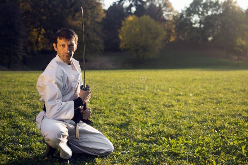 Vit ninja med svärdet royaltyfri fotografi