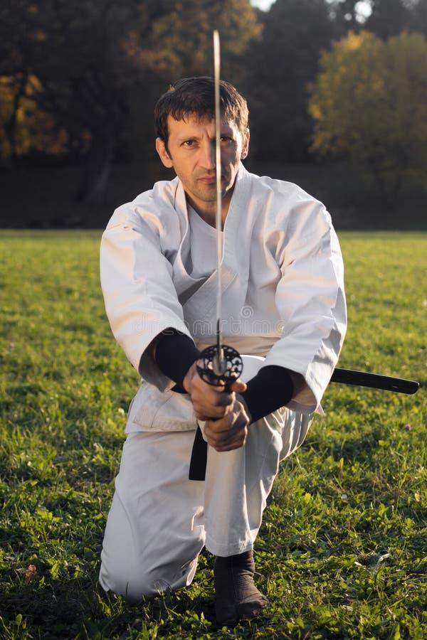 Vit ninja med svärdet royaltyfri bild