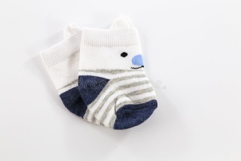 Vit- och baby med hjärtfelbarnsockor för pysen som isoleras på vit bakgrund arkivfoton