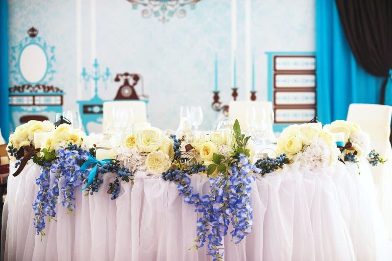 Vit- och blåttbröllopgarnering royaltyfri bild