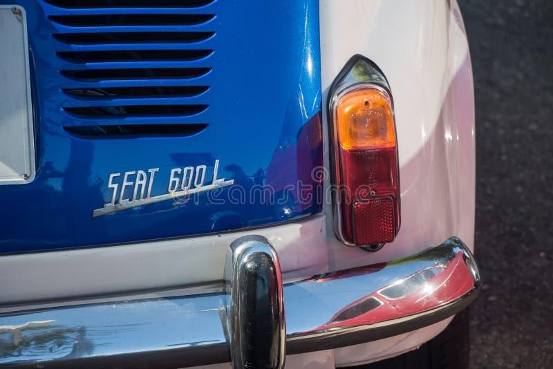 Vit- och blåtttappning SEAT 600 royaltyfria foton