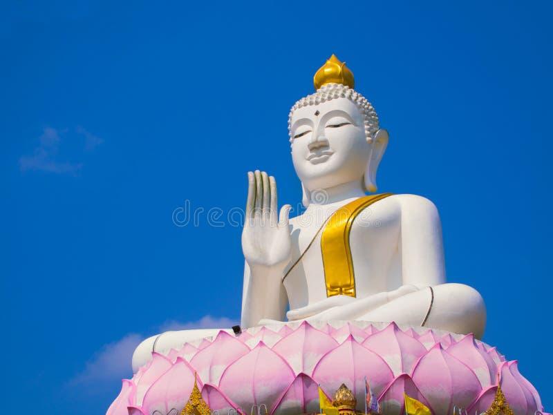Vit och den guld- stora statyn buddha lyfter på stor lotusblomma arkivbild