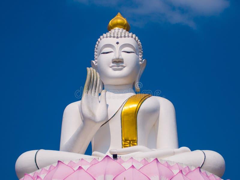 Vit och den guld- stora statyn buddha lyfter på stor lotusblomma arkivfoto