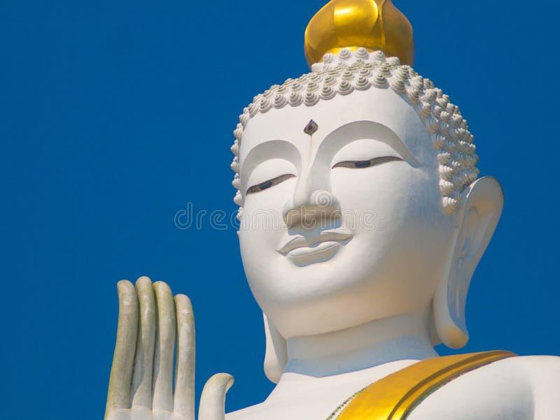 Vit och den guld- stora statyn buddha lyfter tätt upp skott royaltyfri foto