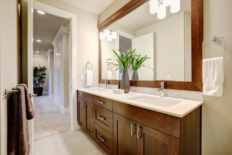 Vit och det rena badrummet planlägger i splitterny hem royaltyfria foton