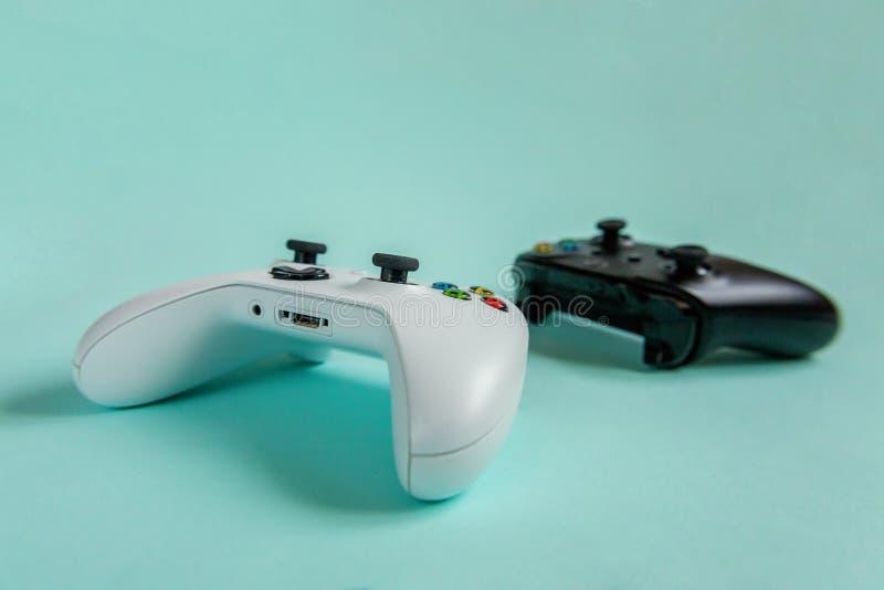 Vit- och för svart två styrspakgamepad, modig konsol på blå färgglad moderiktig modern modeutvikningsbildbakgrund Datordobbel royaltyfri bild