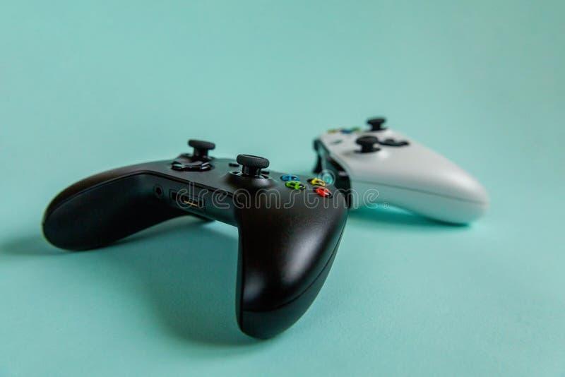 Vit- och för svart två styrspakgamepad, modig konsol på blå färgglad moderiktig modern modeutvikningsbildbakgrund Datordobbel royaltyfria foton