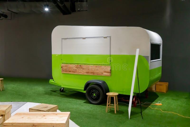 Vit och gr?n sl?pmatlastbil p? konstgjord gr?smatta fotografering för bildbyråer