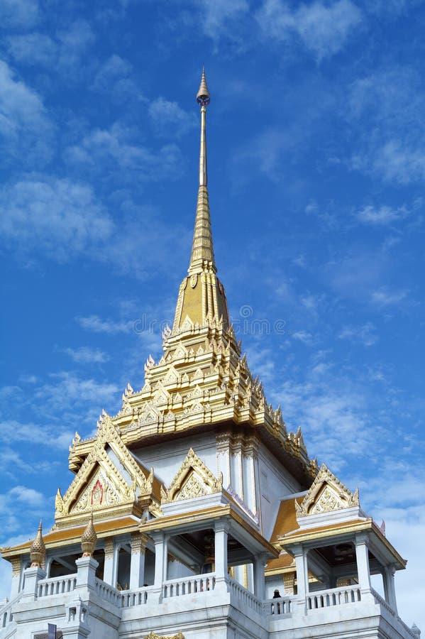 Vit och guld- pagod på bakgrund för blå himmel royaltyfria foton