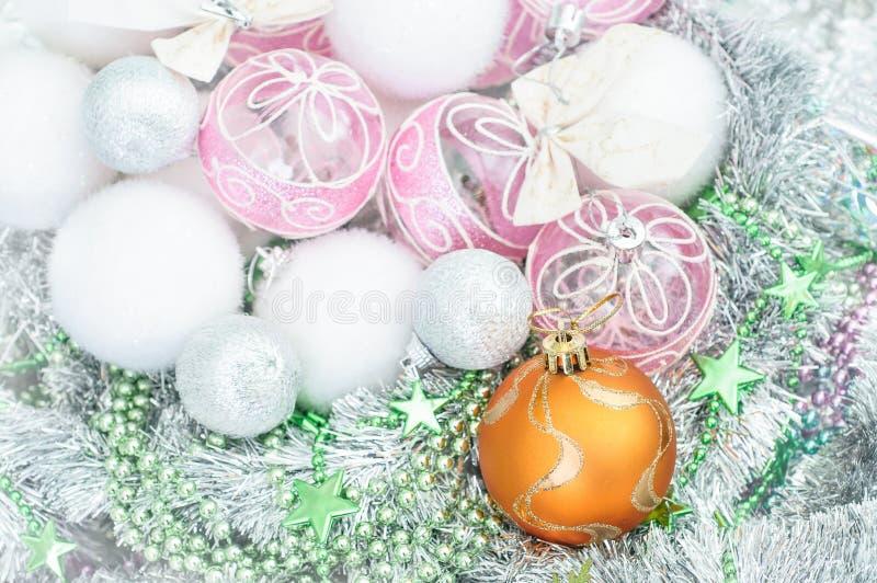 Vit- och gulingxmas-prydnader och julbollar blänker på H royaltyfria foton